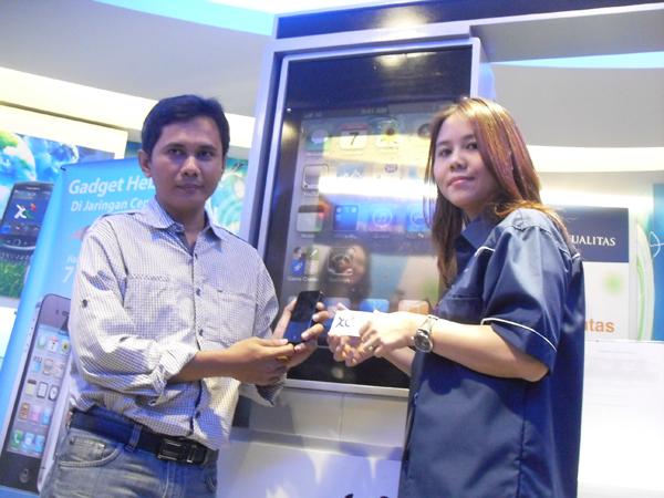 Photo of XLYang Pertama Serahkan Nano SIM Card ke Pelanggan