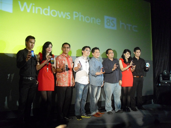 Photo of Dua henpon premium diluncurkan oleh HTC