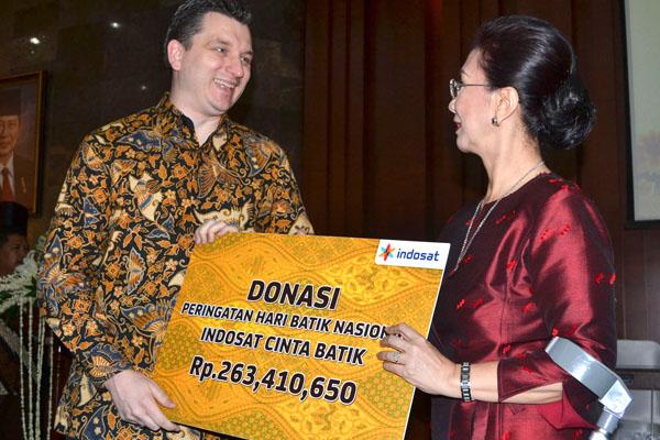 Photo of Indosat Serahkan Donasi Hari Batik Nasional