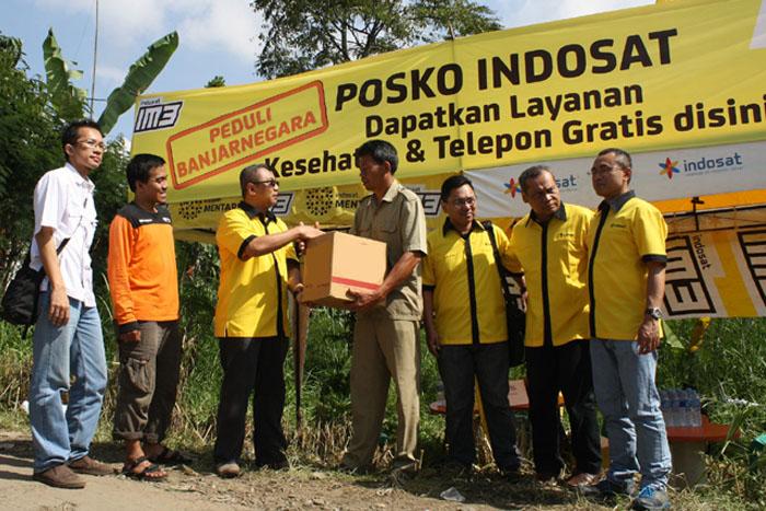 Photo of Indosat Salurkan Bantuan untuk Korban Tanah Longsor di Banjarnegara