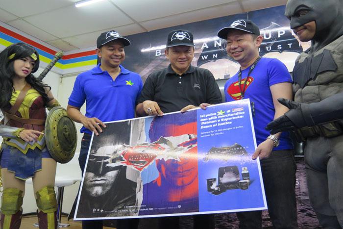 "Photo of XL – Indomaret Jalin Kemitraan menyediakan merchandise ""Batman v Superman: Dawn of Justice"""